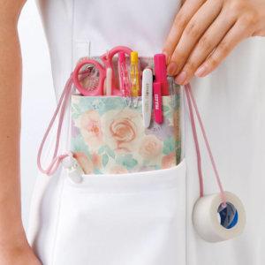 ナースポケットオーガナイザーを使用している看護師の様子