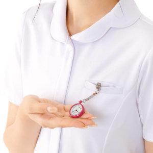 ナースウォッチで時間を確認する看護師